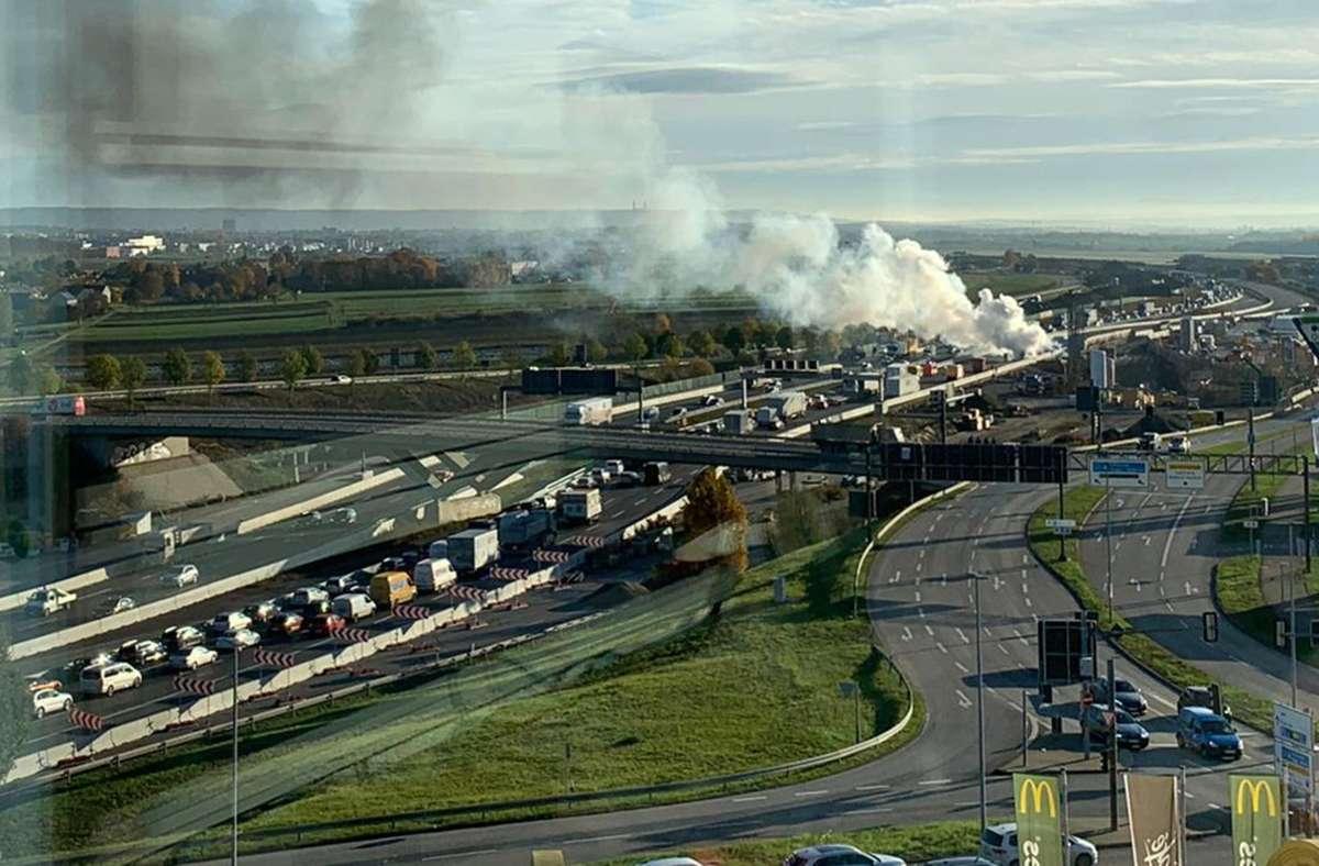 Die Rauchwolke sorgte auch im Gegenverkehr für Verkehrsbehinderungen. Foto: Privat