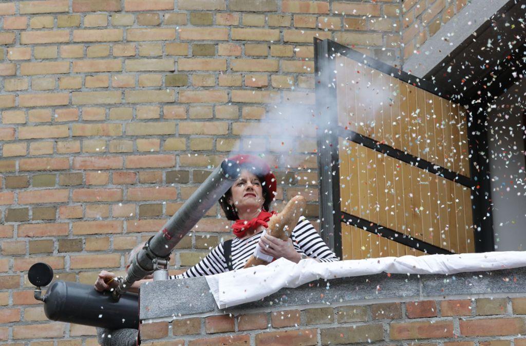 Trotz Konfettikanone hat die Oberbürgermeisterin Gabriele Zull gegen die Narren keine Chance. Foto: Patricia Sigerist