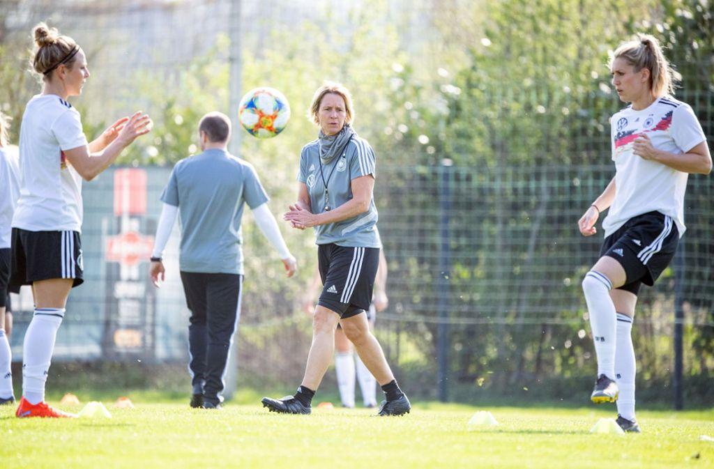 Die Spielerinnen von Bundestrainerin Martina Voss-Tecklenburg (Mitte) gehen als Mitfavoritinnen in die Frauenfußball-WM. Foto: Sebastian Gollnow/dpa