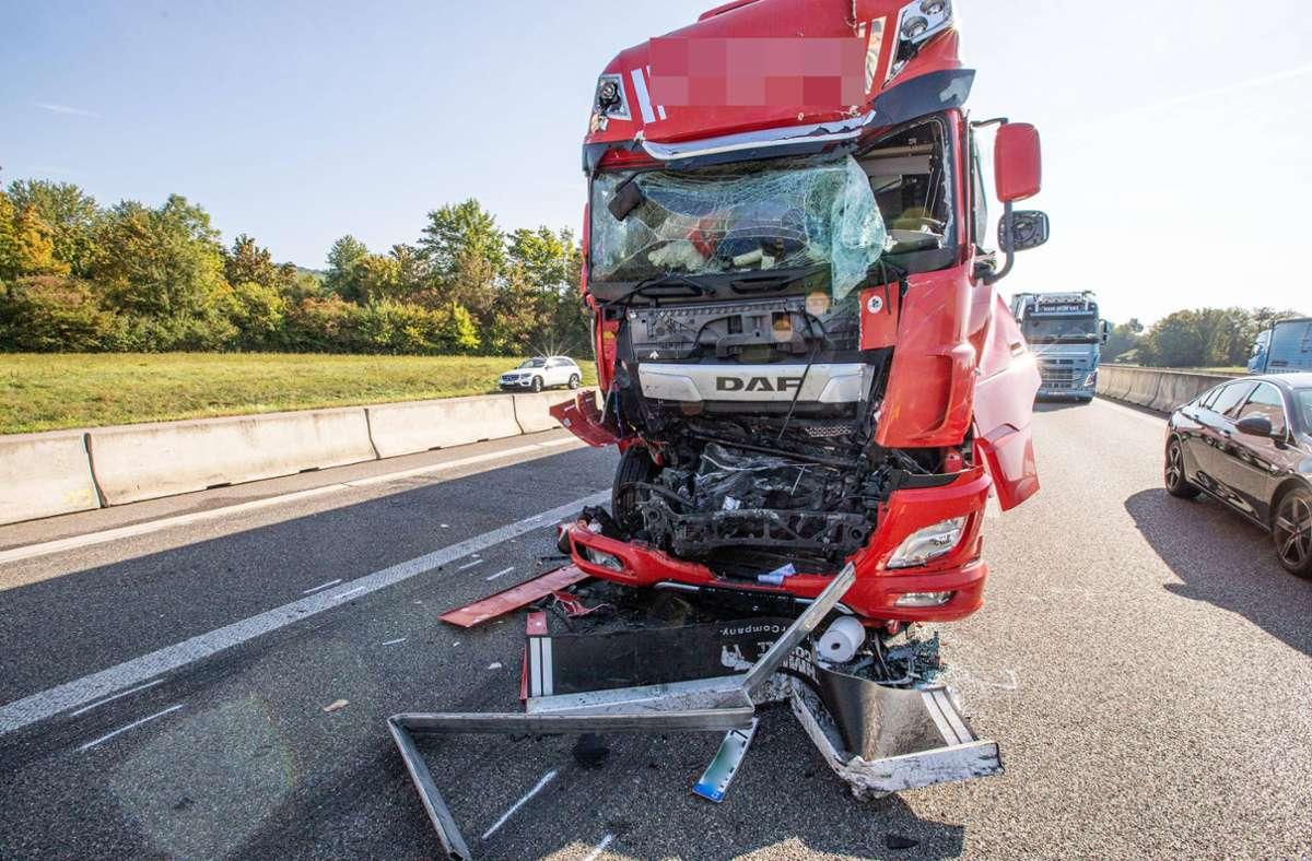 Der Lkw-Fahrer wurde bei dem Unfall schwer verletzt. Foto: 7aktuell.de/Simon Adomat