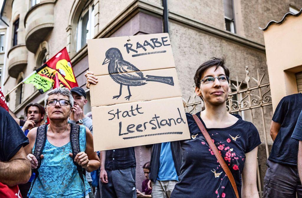 Einige Teilnehmer der Kundgebung zum Thema Wohnungsnot im April 2018  Veranstaltung besetzten anschließend ein Wohnhaus an der Wilhelm-Raabe-Straße. Foto: Lichtgut/Julian Rettig