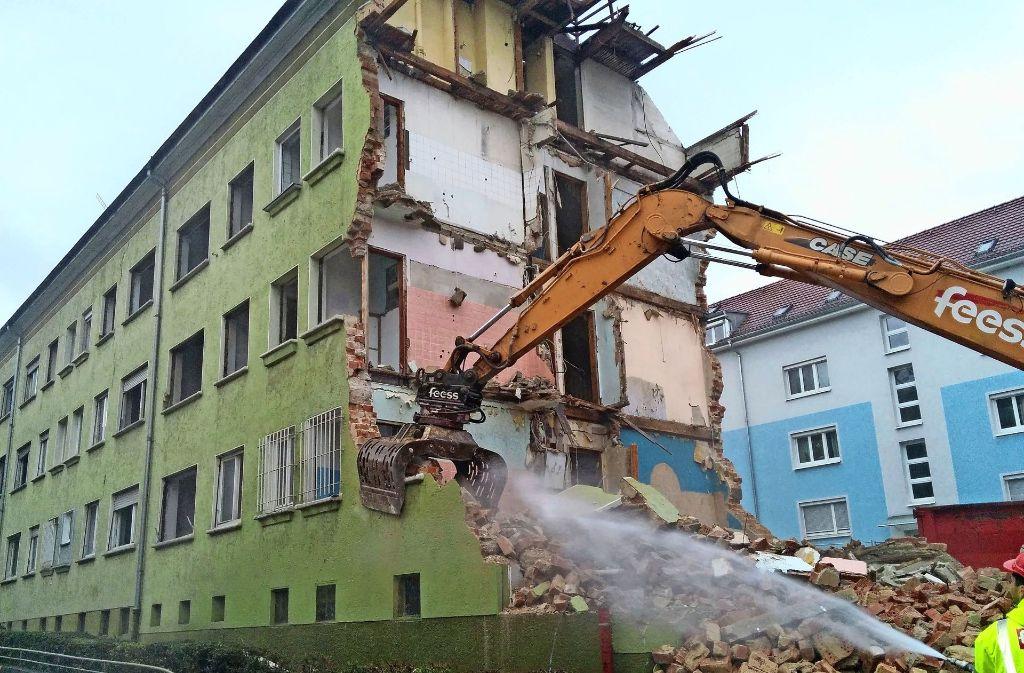 Abgerissen wurde an der Ecke Klingen-/Wagenburgstraße im Dezember 2015, seit Juni 2016 ist die Baugrube von einem hohen Bauzaun umgeben. Foto: Jürgen Brand