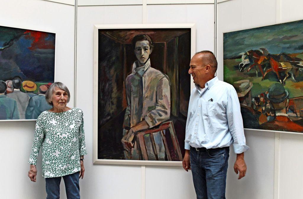 Ehefrau Rose und Sohn Andreas, hier vor einem Porträt  des 23-Jährigen,   haben aus einem üppigen Fundus ausgewählt. Foto: Sabine Schwieder