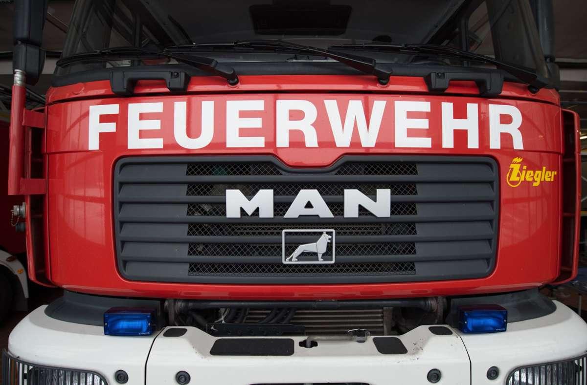 Als die Feuerwehr ankam, stand das Gartenhaus in Weilimdorf schon komplett in Flammen. (Symbolbild) Foto: picture alliance / dpa/Sebastian Kahnert