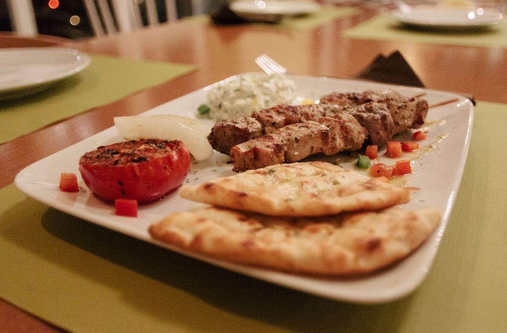 Typisch griechische Gerichte wie etwa Souvlaki (Foto), gegrillten Fisch, Lamm und einen Mittagstisch soll es im neuen  Restaurant Kouzina geben. Foto: Lichtgut/Verena Ecker