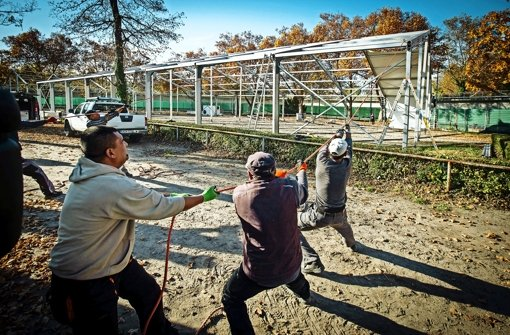 Die Zeltstadt für Flüchtlinge wird aufgebaut