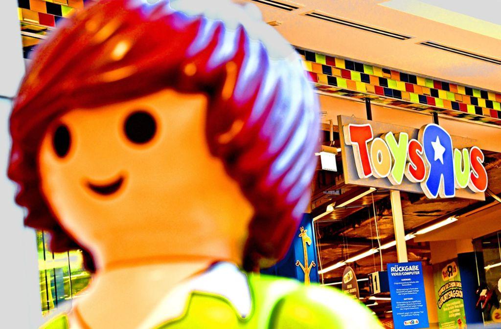 Eine Playmobilfigur vor einer Berliner Filiale von Toys R Us. Die Europazentrale des US-Konzerns verbreitet  Zuversicht,  doch auch in Deutschland sind Arbeitsplätze bedroht Foto: dpa