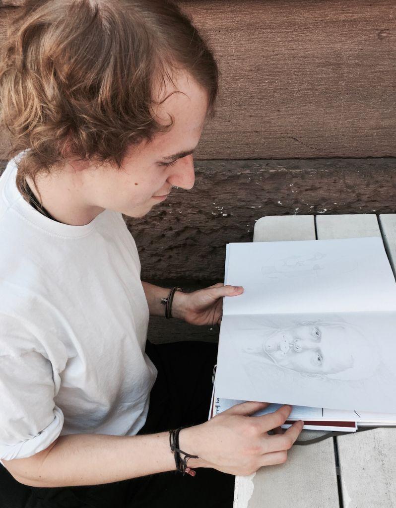 Emotionen bringt er dort zunächst abstrakt, dann realistischer, auf Papier. Foto: Tanja Simoncev