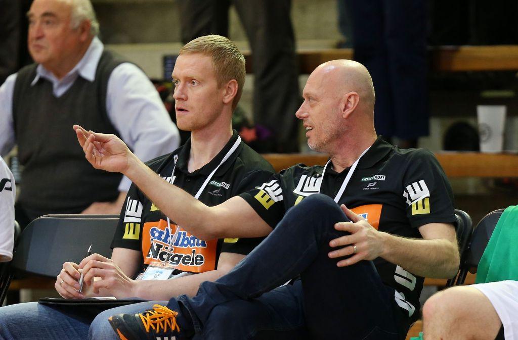 Christian Schöne (li.) neben Chefcoach Magnus Andersson: Im EHF-Pokal gegen den FC Porto hatte Co-Trainer Schöne auf der Bank allein das Sagen. Foto: Baumann