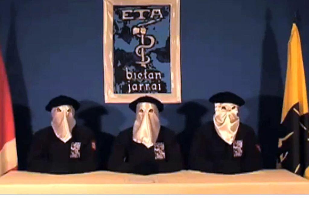 """""""Drei Kapuzen unter Baskenmützen, nebeneinander an einem Tisch, Ku-Klux-Klan-Ästhetik"""": die Eta verkündet das Endes ihres bewaffneten Kampfes. Foto: BBC/GARA"""