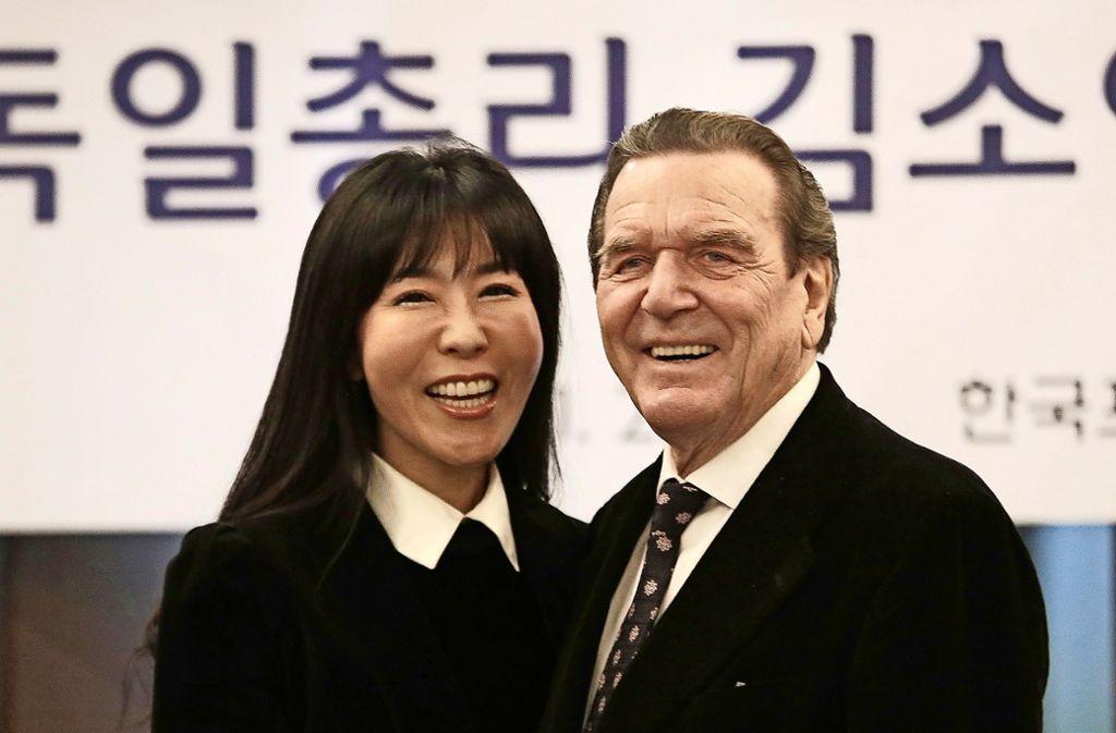 Die koreanische Dolmetscherin und Beraterin Soyeon Kim (48) und der ehemalige Bundeskanzler Gerhard Schröder wollen im Herbst heiraten. Es wäre Schröders fünfte Ehe. Foto: AP