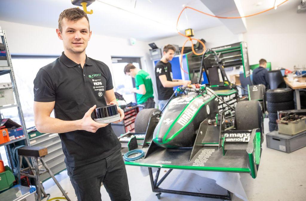 Projektleiter Christian Witte hältt einen Laserscanner in der Hand, welcher an das Fahrzeug angebaut werden soll.  Foto: Lichtgut/Julian Rettig