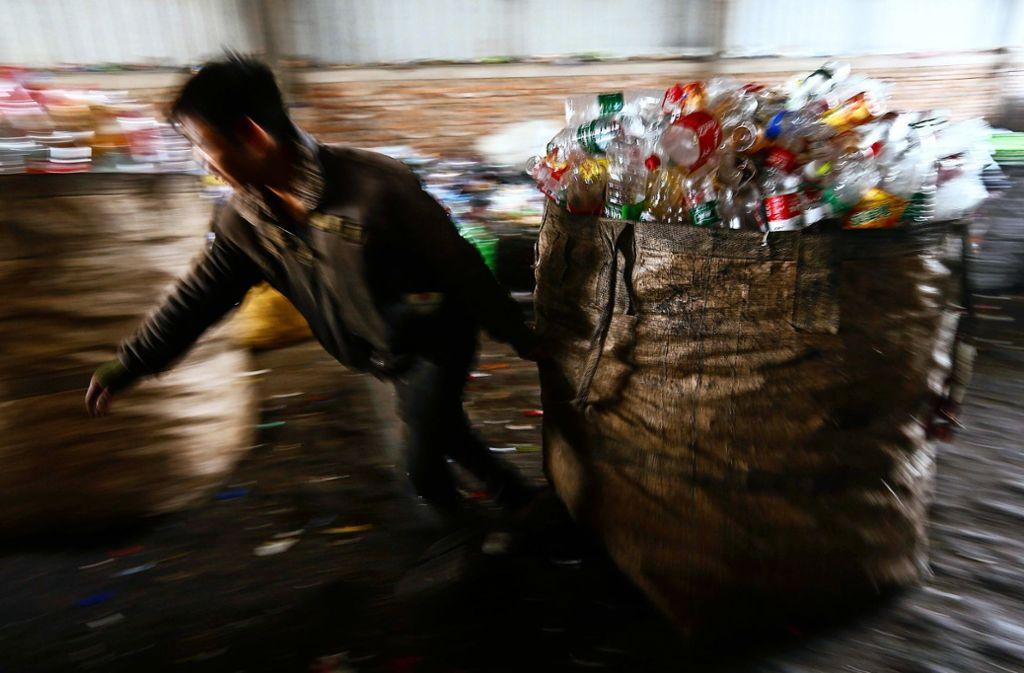 Was passiert eigentlich mit den vielen leeren Einweg-Plastikflaschen? Das wisse niemand so genau, sagt der Getränkehändler Hans-Peter Kastner. Foto: dpa
