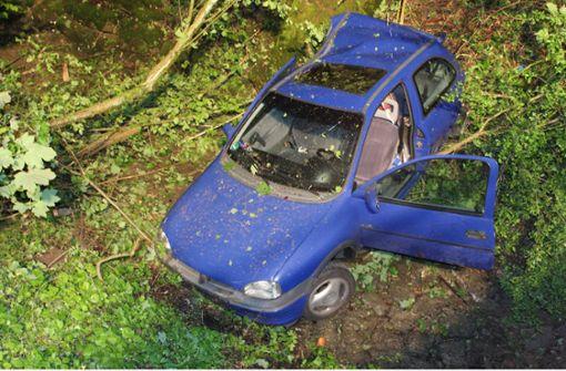 19-Jährige landet mit Auto in Bachbett