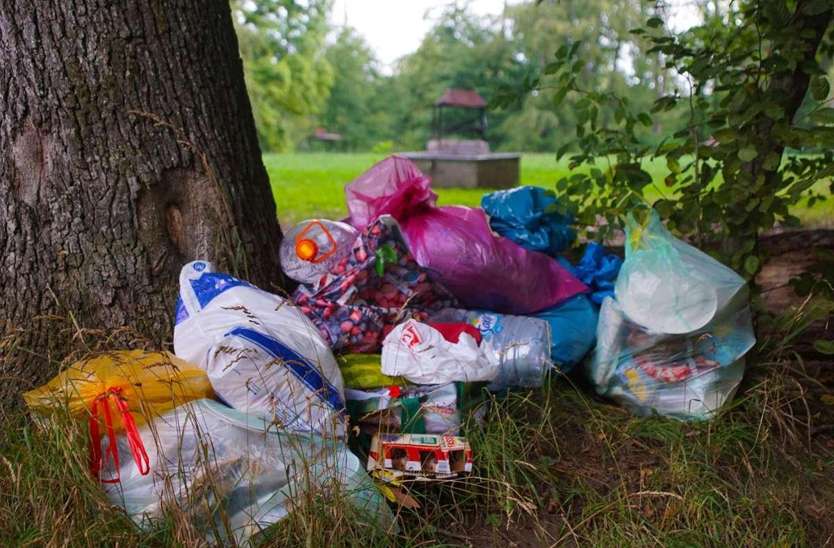 """Haufenweise wird an der Grillwiese Müll """"vergessen"""". Foto: Thomas Krytzner"""