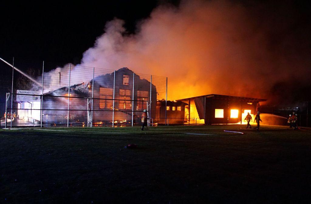 Am Freitagabend brannte der Dachstuhl des Sportheims Tiefenbach und der Sporthalle komplett aus. Foto: SDMG/SDMG / Hemmann