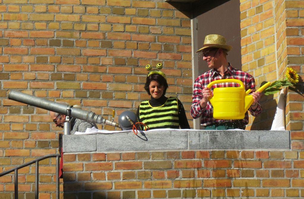 Verkleidet als Biene Gabi und Gärtner Johannes versuchen die Oberbürgermeisterin und der Erste Bürgermeister das Rathaus zu verteidigen. Foto: Simone Käser