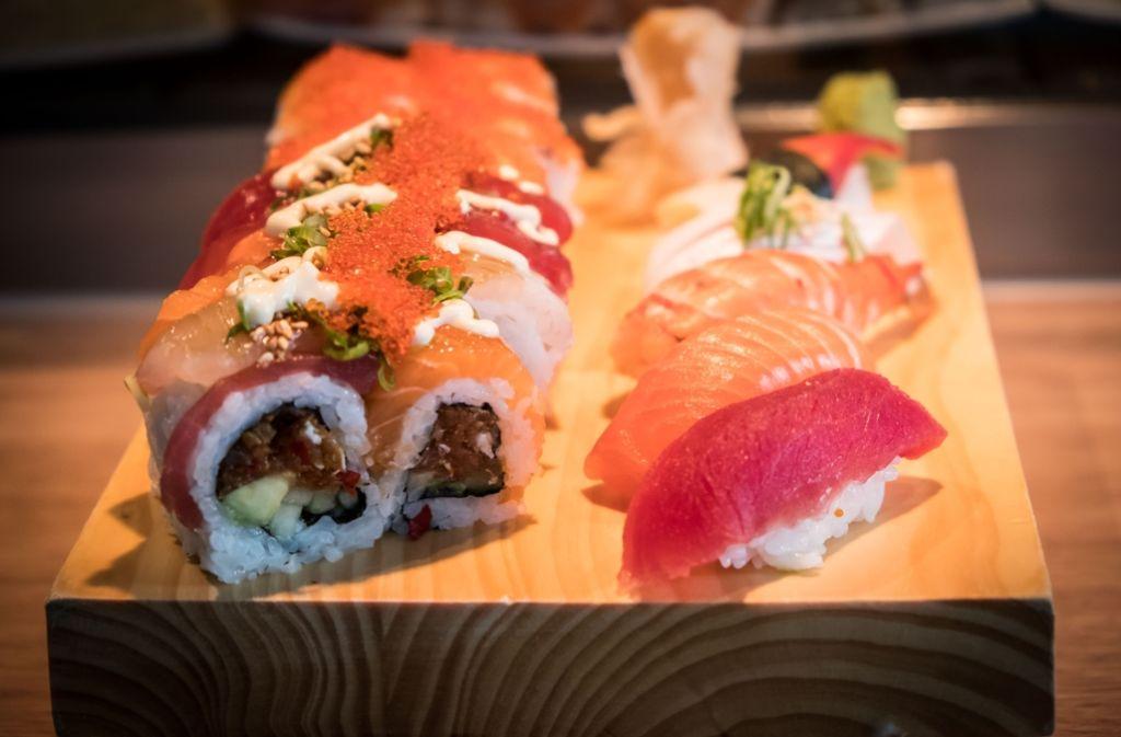 Im Feinkost Böhm ist jetzt das Sushi auch an einer Bar erhältlich. Foto: Lichtgut/Achim Zweygarth