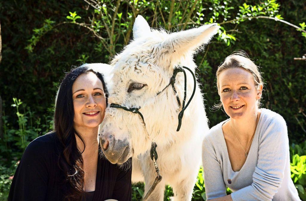 Maria Wruck (links), Davina Schmitz und die Eselin Luna wollen Menschen helfen, das Band zur Natur neu zu knüpfen. Foto: Anima Tierwelt
