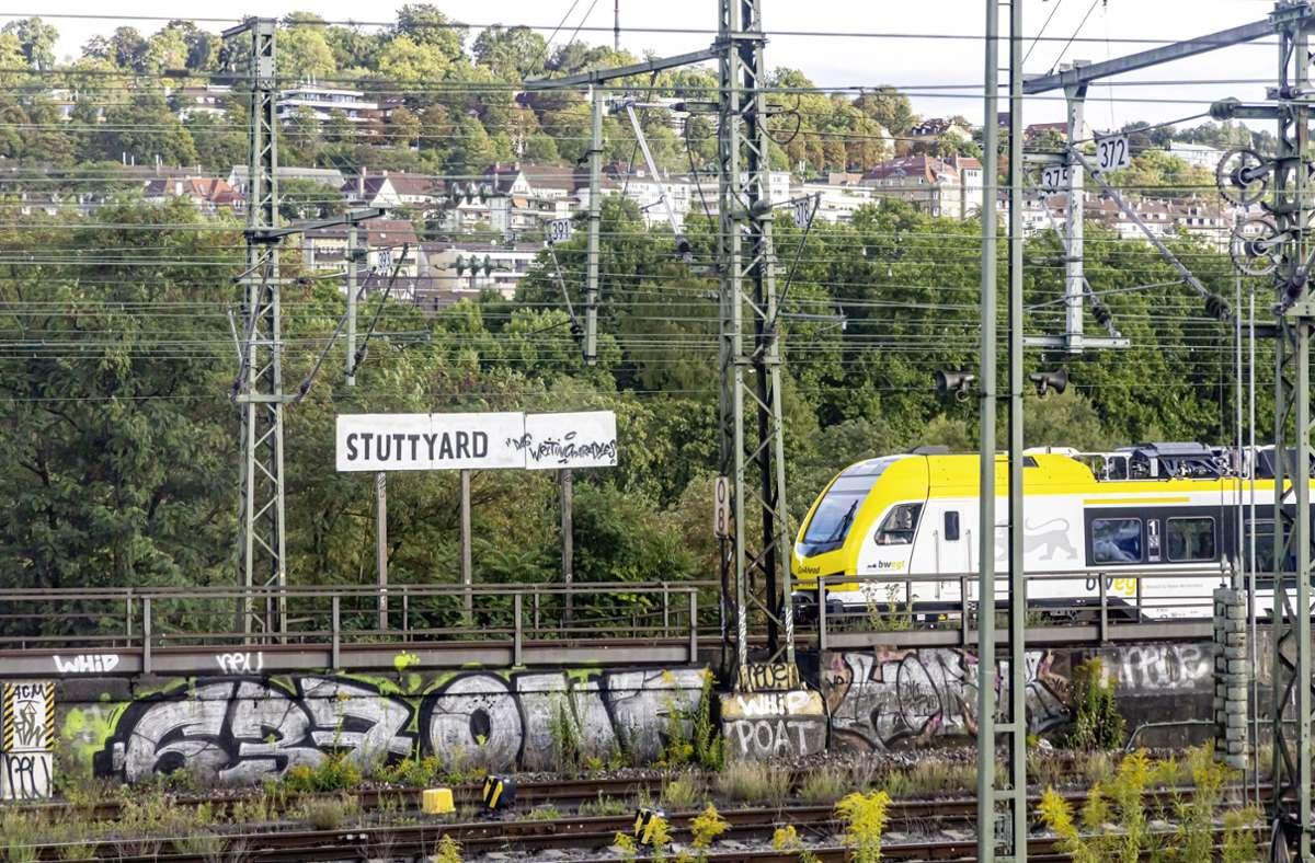 """Willkommen in """"Stuttyard"""" – Unbekannte haben ein Schild am Stuttgarter Hauptbahnhof übermalt. Foto: imago images/Arnulf Hettrich"""