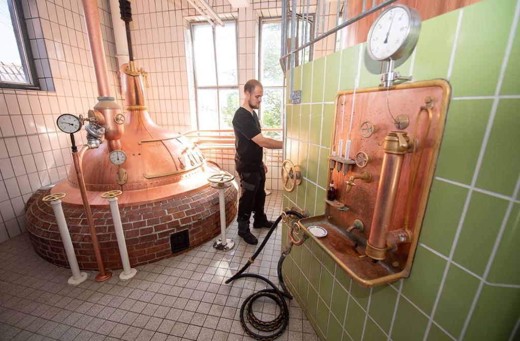 Leopold Volk ist Brau- und Malzmeister der Adler-Bräu Wiernsheim. 1500 Liter Bier musste die kleine Brauerei bereits vernichten. Foto: dpa/Sebastian Gollnow