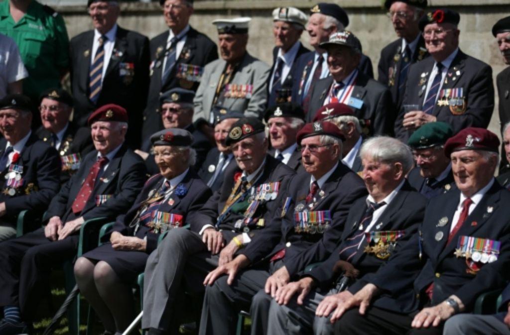 Veteranen, die vor 70 Jahren ihr Leben riskieren mussten,  haben sich zum Jubiläumstag  noch einmal in die Normandie aufgemacht. Foto: AP