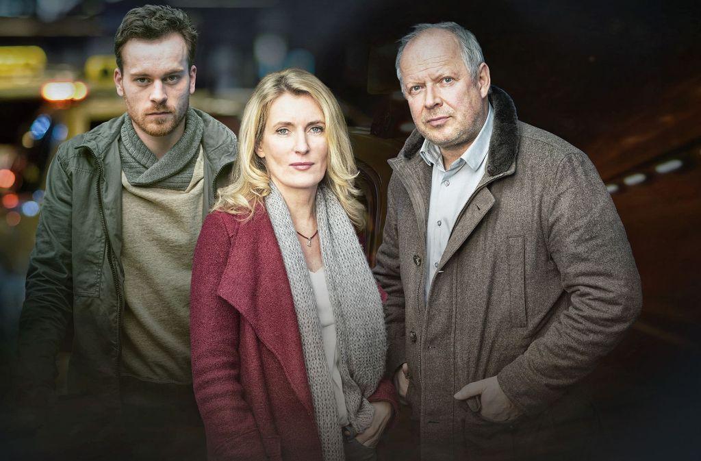 Fahrt ins Ungewisse: die Kommissare Lindholm (Maria Furtwängler, M.) und Borowski (Axel Milberg, r.) mit dem Entführer Rainald Klapproth (Florian Bartholomäi, l.). Foto: NDR