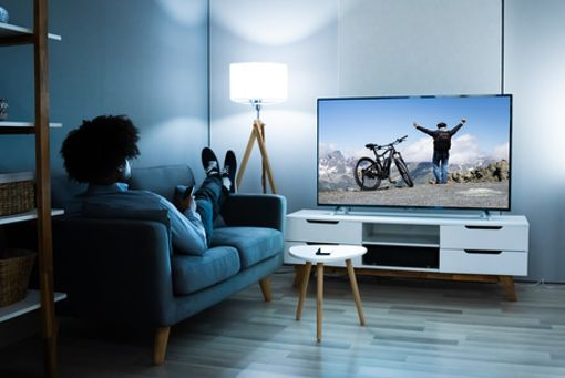 Es sich zuhause gemütlich machen und Fahrrad-Abenteuer ins Wohnzimmer holen - perfekt für lange Abende im Winter.
