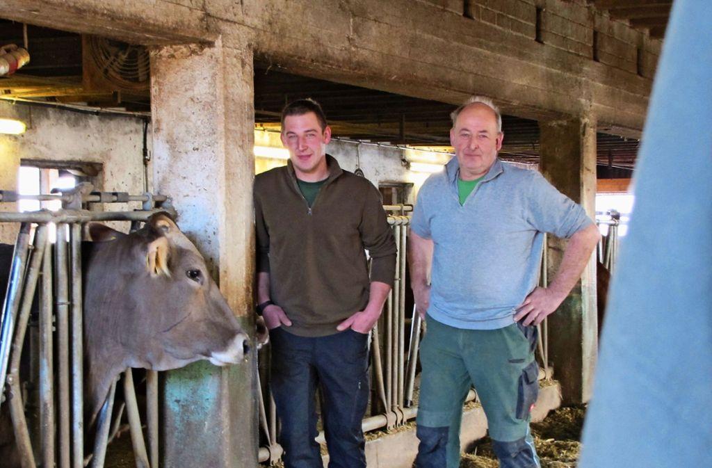 Daniel (li.) und Helmut Maier leben auch von der Milch ihrer Kühe. Foto: Judith A. Sägesser