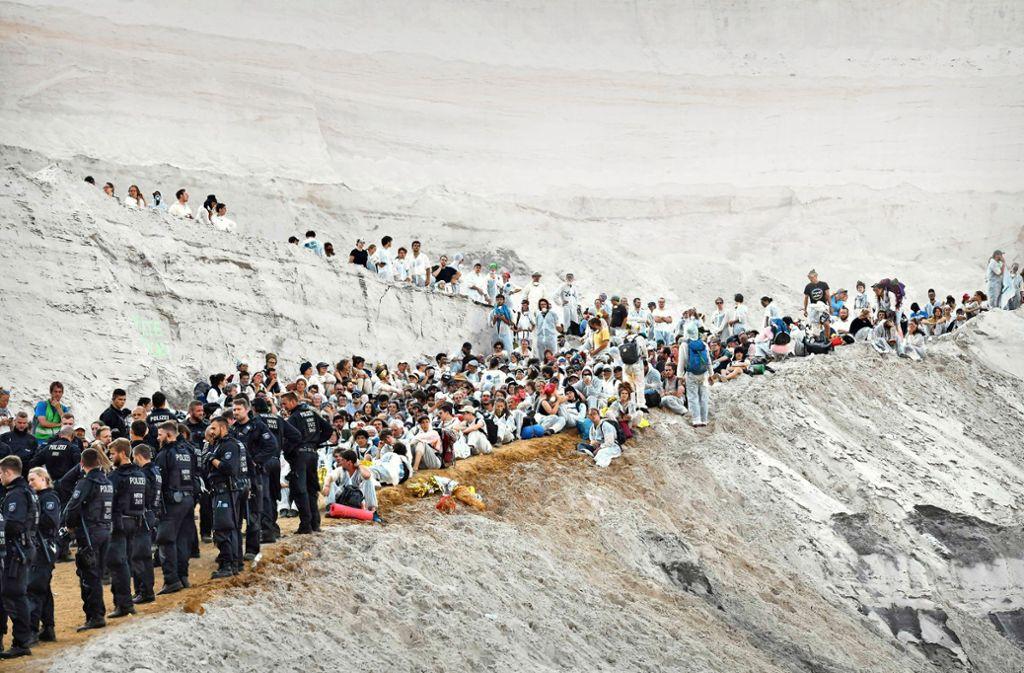 Aktivisten versuchen beim Tagebau Garzweiler auf das Gelände zu gelangen. Foto: AFP