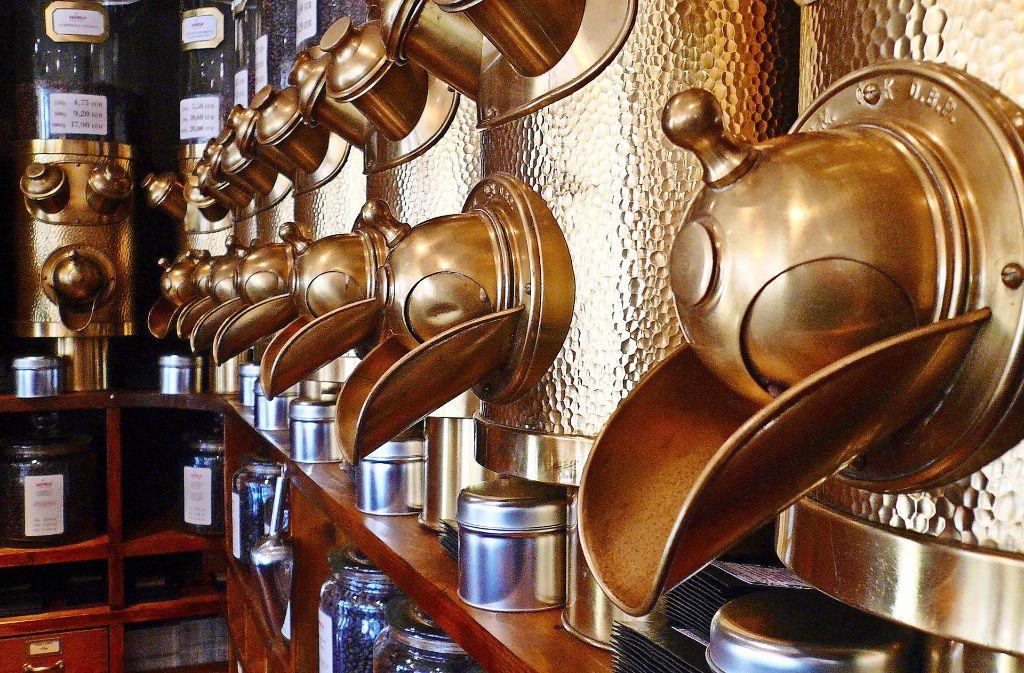 """Er sei ein Genussdealer, schreibt André Pfauch auf seiner Webseite. Seit mehr als zehn Jahren steht Pfauch nun schon hinter der Theke des Arabica am Holzmarkt. Der Laden ist liebevoll eingerichtet im Stil einer klassischen Espressobar, zum Verkauf stehen mehr als 20 Kaffee- und fast noch einmal so viele Espressosorten, Schokolade, Gin, Saft, Pralinen und allerlei Kaffeezubehör. Natürlich schenkt der gelernte Restaurantfachmann auch an Ort und Stelle aus, und oft überreicht er seinen Gästen Cappuccino und Co. mit dem Satz: """"Viel Spaß beim Genießen"""". Mit gutem Grund. Crema, Schaum, Temperatur, Geschmack – bei der Frage, wo es den besten Kaffee in Ludwigsburg gibt, kommt man am Arabica nicht vorbei. Pfauch versteht sein Handwerk, setzt auf traditionelle Trommelröstung, bietet außerdem Verkostungen und Seminare an. Groß ist der Laden nicht, aber auf einem der Hocker oder Sessel  findet man fast immer einen Platz. Adresse: Holzmarkt 2Preise: Latte macchiato: 3,40 Euro, Cappuccino: 2,90 Euro, Espresso: 1,80 EuroÖffnungszeiten: dienstags bis freitags 10 bis 19 Uhr, samstags 9 bis 16 Uhr, sonntags und montags geschlossen. Foto: privat"""