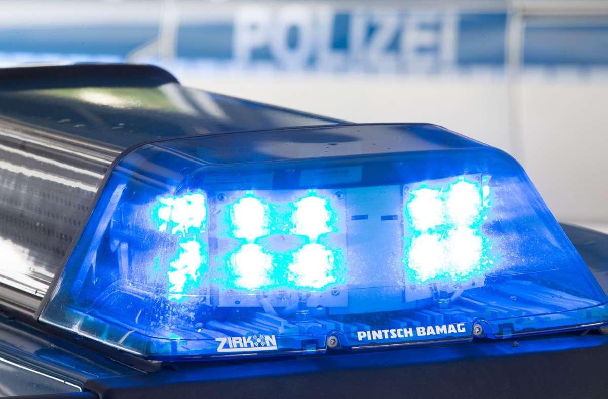 Die Polizei umstellte das Gebäude. (Symbolbild) Foto: dpa/Friso Gentsch