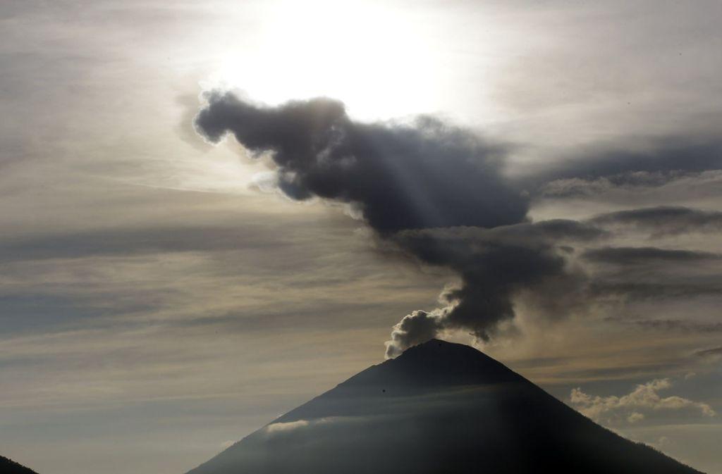 Auf der indonesischen Ferieninsel Bali ist am Dienstag der Vulkan Agung aufs Neue ausgebrochen. Foto: AP