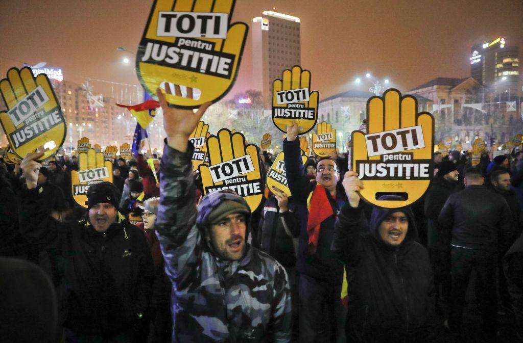 In Rumänien protestierten Tausende am Sonntag gegen die geplante Änderung am Justizsystem. Foto: AP