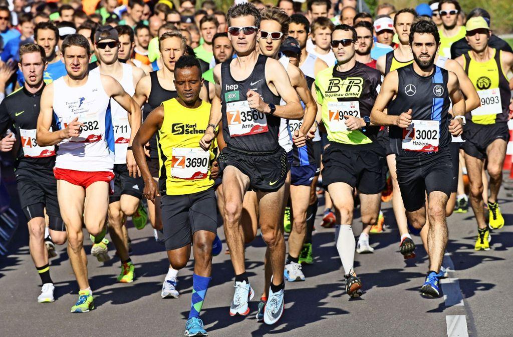 Arne Gabius beim Lauf durchs Bottwartal im  Oktober 2017: Am Start noch von  Kontrahenten umgeben hatte der Marathon-Champion im Ziel einen klaren Vorsprung. Foto: Baumann