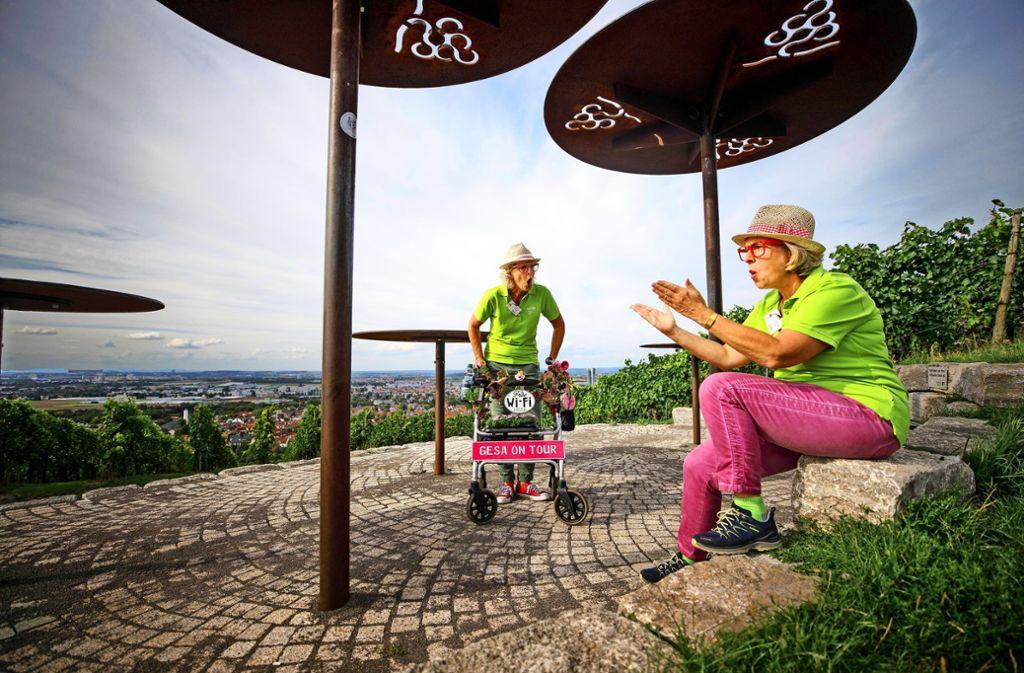 Gesa Schulze-Kahleyß (links) und Elke Ott auf ihrer Bühne: die  Fellbacher Panoramaterrasse Foto: Gottfried Stoppel