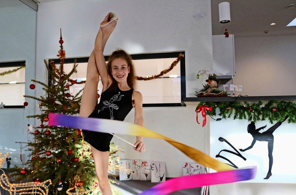 Ihr großes Ziel sind die Olympischen Spiele:  Darja Varfolomeev fühlt sich  mit Band und Weihnachtsbaum in Schmiden wohl. Foto: Eva Herschmann