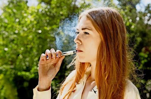 Stinkt nicht, aber verdampft problematische Substanzen: die E-Zigarette Foto: Mauritius