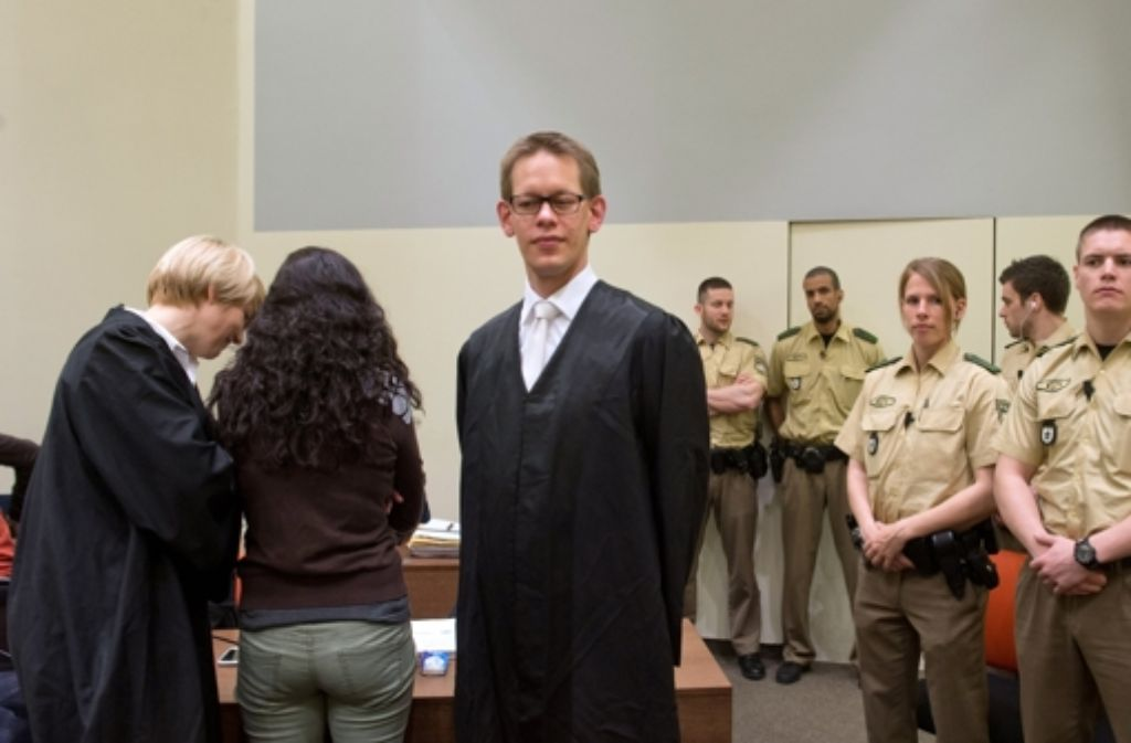 Beate Zschäpe (Mitte) mit ihren Verteidigern im Münchner Gerichtssaal. Foto: dpa