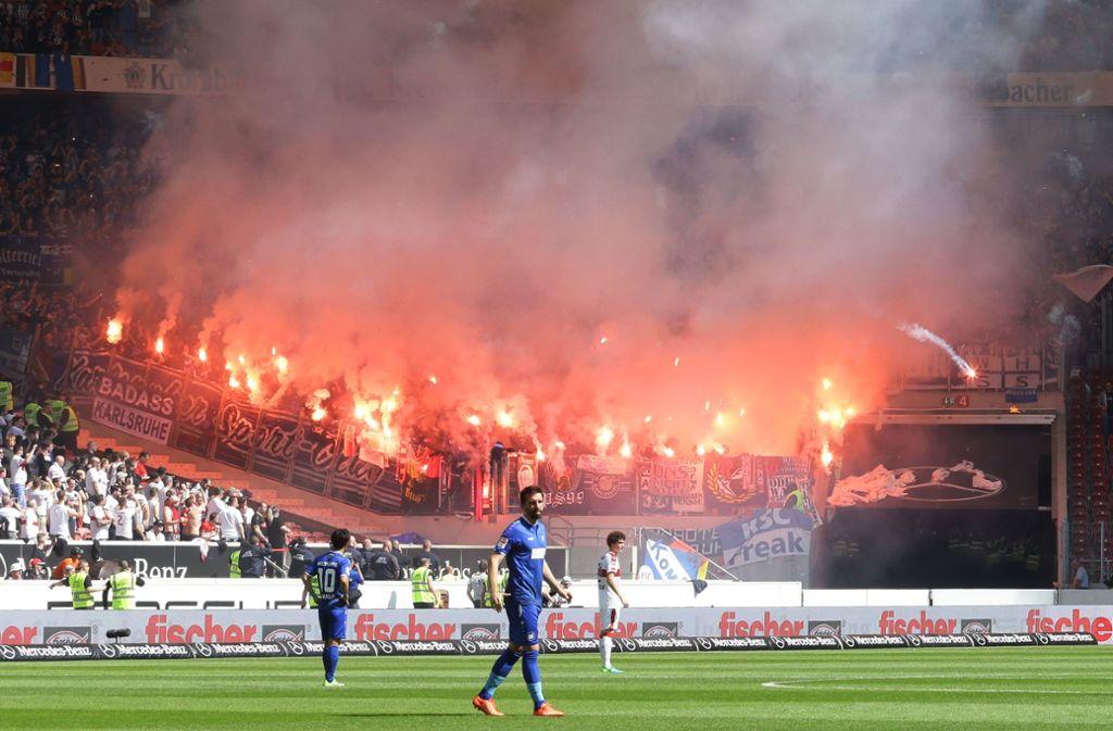 Beim vergangenen Derby zwischen dem VfB und dem KSC zündeten Fans des badischen Zweitligisten Pyrotechnik. Foto: Pressefoto Baumann/Hansjürgen Britsch
