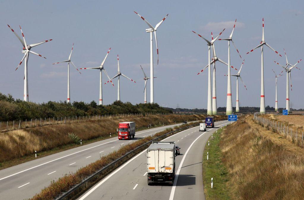 Windkraftanlagen in einem Windpark an der Autobahn A20. Foto: dpa