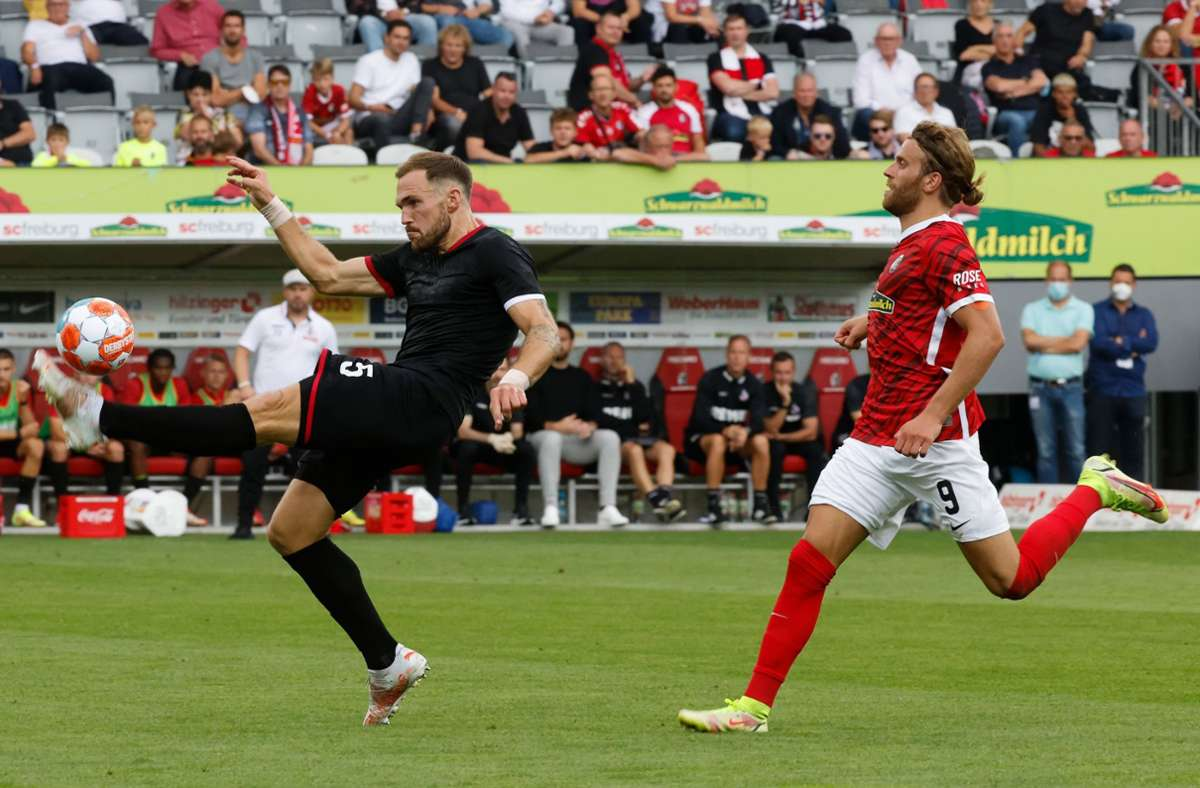 Rafael Czichos am Ball, Freiburgs Lucas Höler läuft hinterher. Foto: dpa/Philipp von Ditfurth