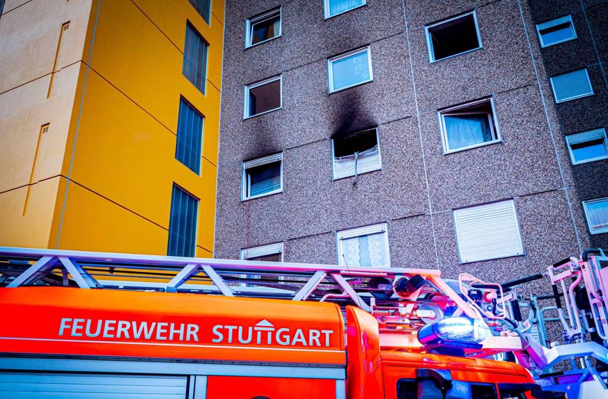 Vom Rauch ist die Wand des Botnanger Hochhauses schwarz gefärbt. Foto: 7aktuell.de// Alexander Hald