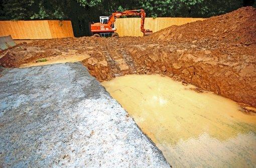 Die vorbereitenden Erdarbeiten  beim Gewerbegebiet Fasanenhof-Ost haben begonnen. Der Bauzaun schützt das dahinter liegende Naturschutzgebiet. Foto: Gottfried Stoppel