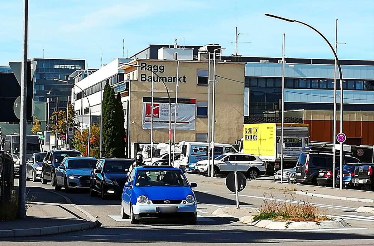 Das geht bestimmt schöner: Autos,  Lärm und Gestank prägen die Nikolaus-Otto-Straße im Echterdinger Gewerbegebiet. Stadtplaner können sich hier einen Boulevard mit viel Grün und Schatten zum Verweilen in der Mittagspause vorstellen. Foto: Natalie