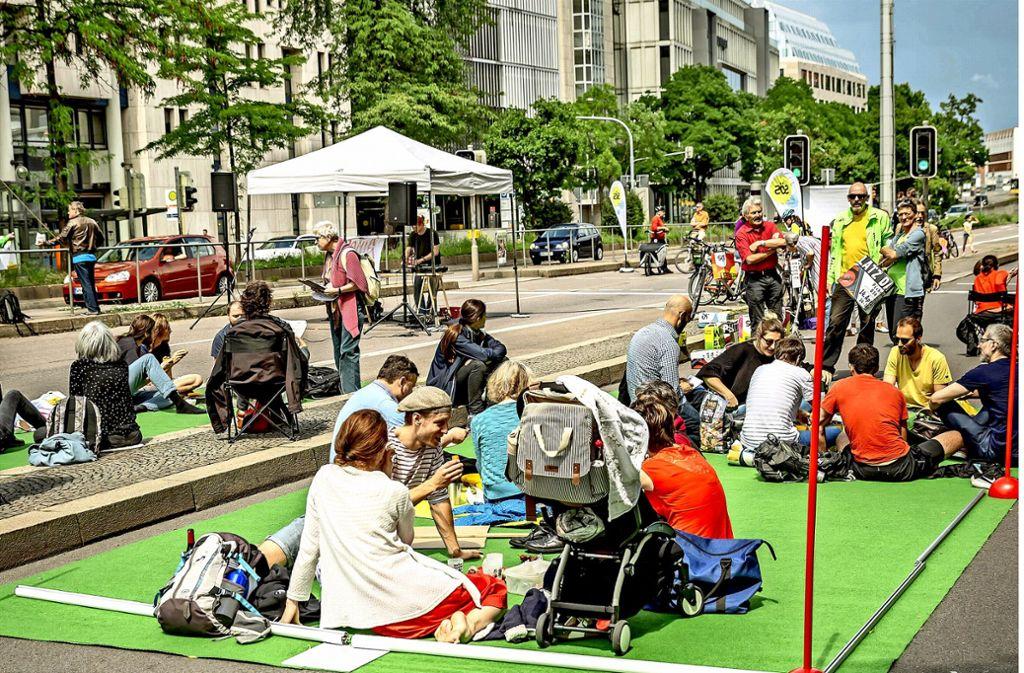 Gruppen lassen sich zum Picknick auf der Bundesstraße nieder. Foto: Lichtgut/Julian Rettig