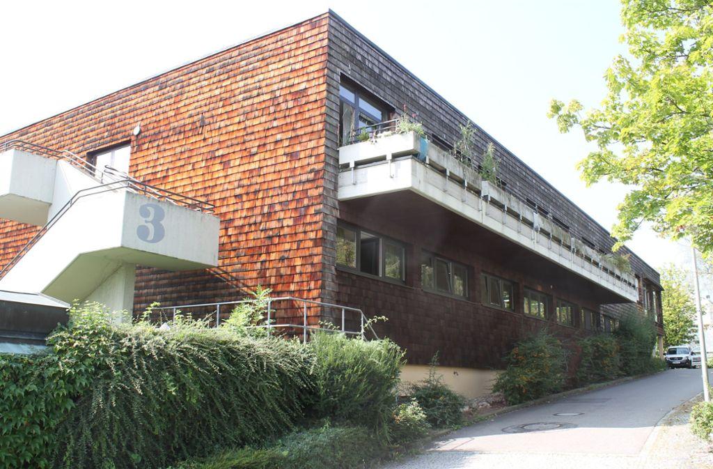"""Das Gebäude am Röhrlingweg wird seit vier Jahrzehnten als Seniorenheim genutzt. Die Einrichtung schließt Ende 2020. Der Bürgerverein """"Im Schönberg"""" hofft, dass es zu einer Folgenutzung der Immobilie kommt. Foto: Ralf Recklies"""