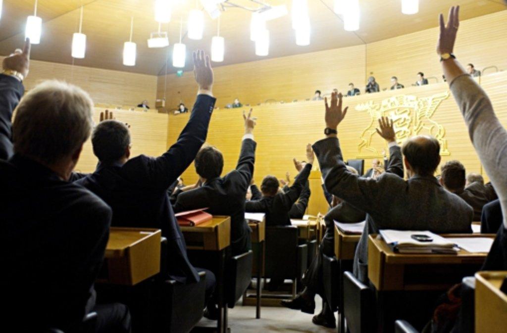 Die Sitze im alten Plenarsaal des baden-württembergischen Landtags haben zahlreiche Abstimmungen erlebt - hier ein Foto einer Abstimmung aus dem Dezember 2011. Foto: dpa