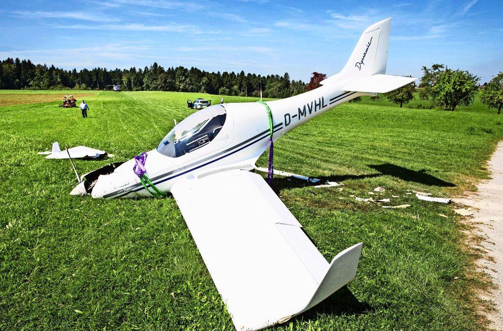 Das verunglückte Ultraleichtflugzeug  ist nicht mehr zu reparieren. Foto: Benjamin Beytekin