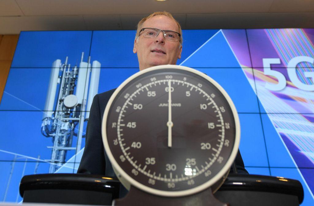 Diese Stoppuhr hat bereits bei früheren Auktionen eine wichtige Rolle gespielt. Im Hintergrund Jochen Homann, der Präsident der Bundesnetzagentur. Foto: dpa